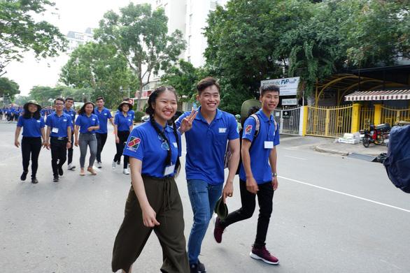 Hơn 5.000 người đi bộ tiếp sức đến trường - Ảnh 10.