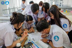 Đội thi đang chăm chú vượt qua thử thách của BTC