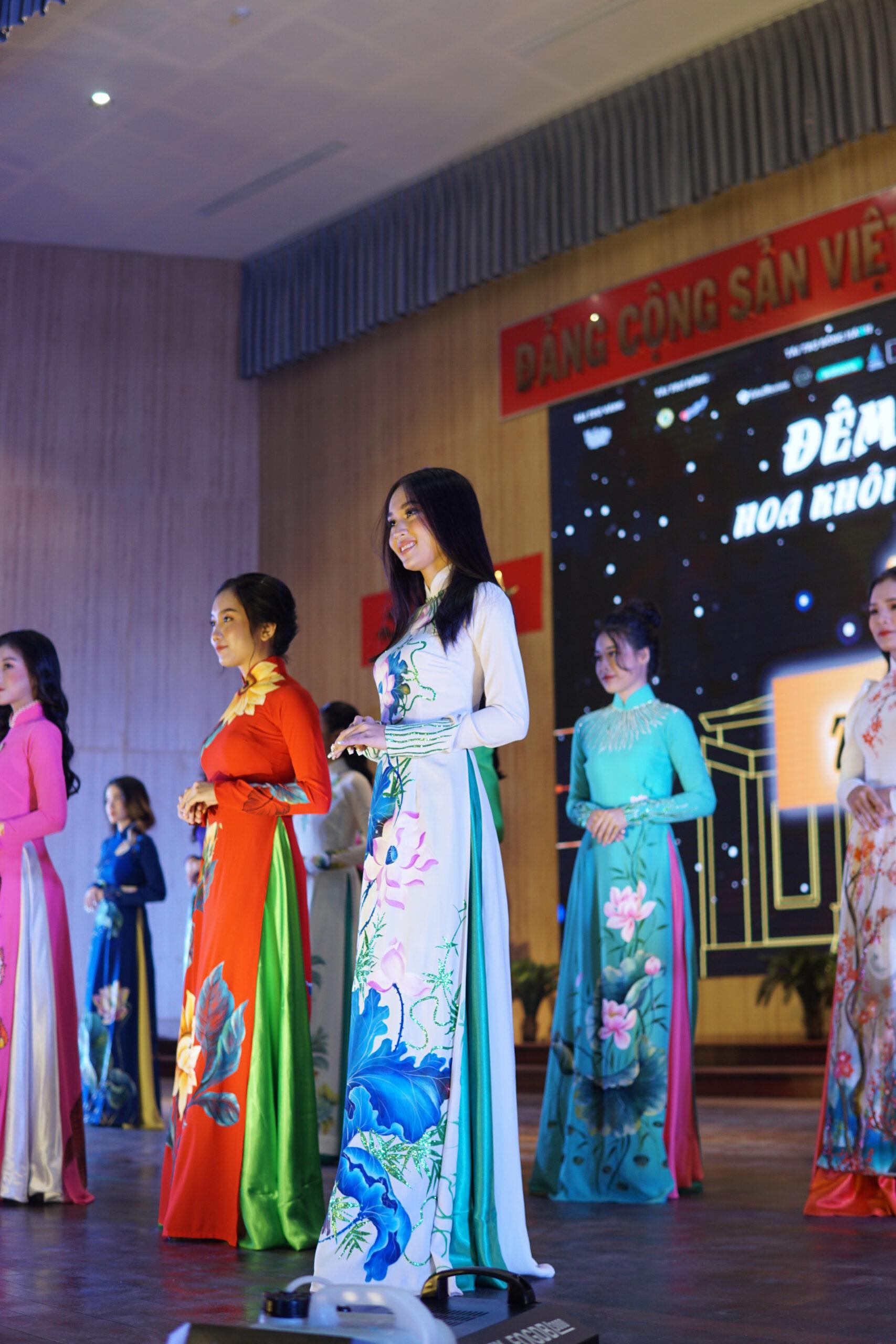 Thí sinh trong phần dự thi Bộ sưu tập áo dài mở đầu Đêm chung kết.