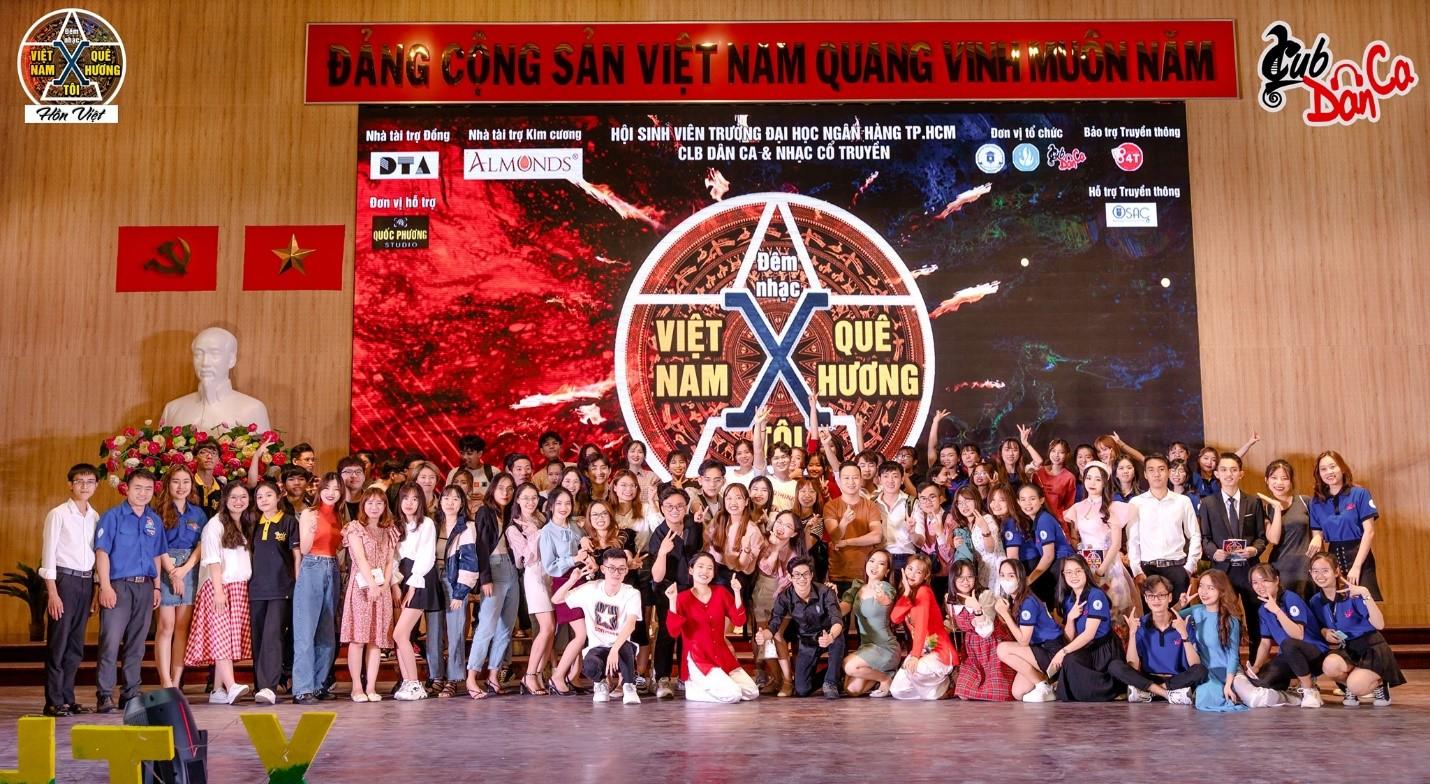 Ban Tổ chức cùng các khách mời và các bạn sinh viên cùng chụp hình khi kết thúc đêm nhạc.