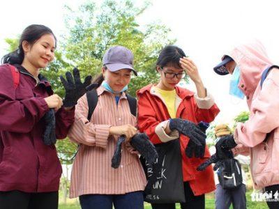 Các sinh viên được hỗ trợ bao tay trước khi nhặt rác để đảm bảo an toàn